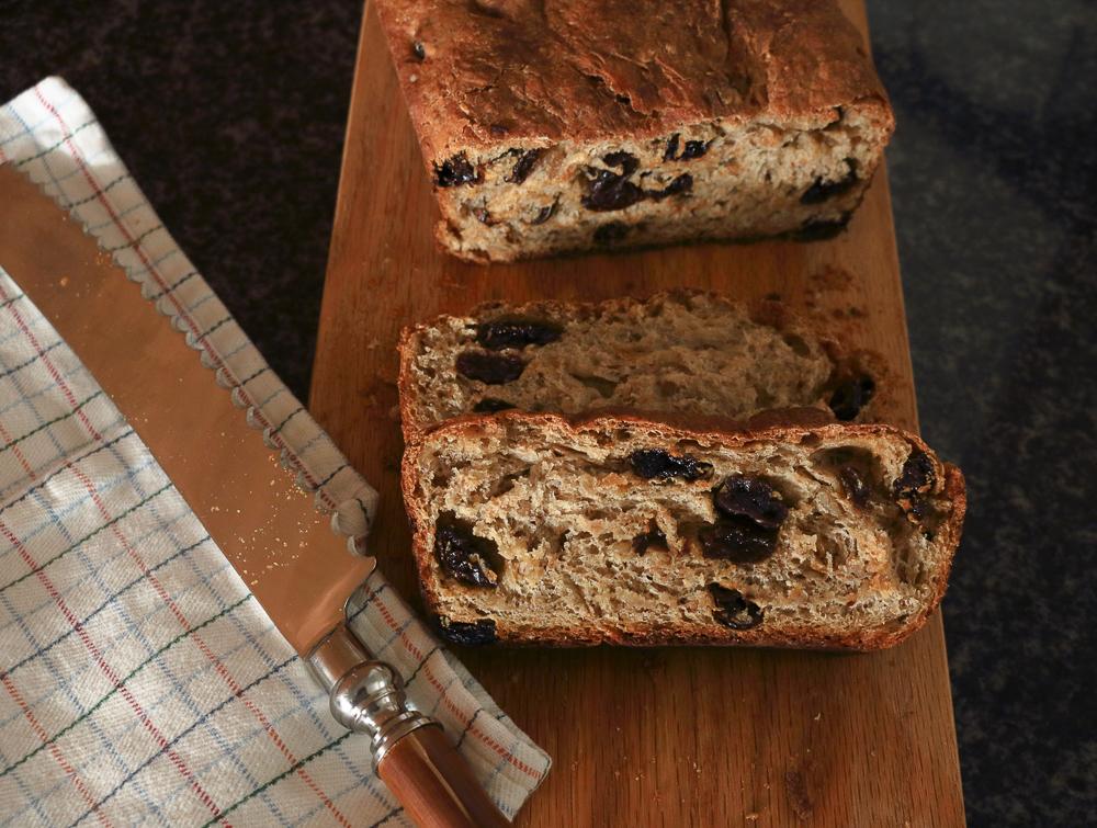 Whole Wheat Cinnamon Raisin Bread / www.quichentell.com